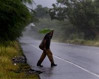 Un hombre se cubre en Santo Domingo. / AP