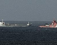 El buque carguero 'Ostedijk' es remolcado por el buque polivalente 'Don Inda' al norte de Estaca de Bares, en la costa norte de Galicia. /EFE