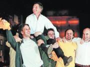 AFP  Los seguidores de Macri le sacan a hombros, como en sus tiempos en Boca Juniors, tras ganar la Alcaldía de Buenos Aires