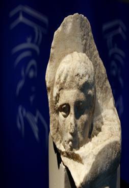El Vaticano devuelve a Grecia un fragmento del Partenón