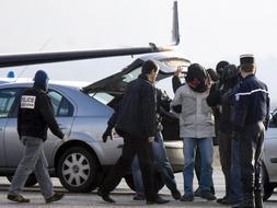 Traslado a París, desde el aeropuerto de Biarritz, del presunto jefe militar de ETA, Aitzol Iriondo , y los otros dos presuntos etarras, Eneko Zarrabeitia y Aitor Artetxe. /Efe