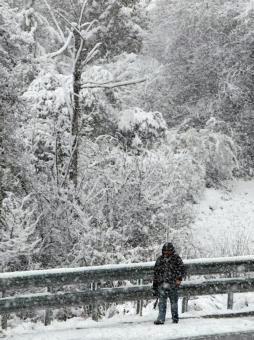Decenas de vehículos atrapados en la autopista de Asturias y en San Isidro por las fuertes nevadas