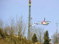 Un helicóptero sobrevuela el lugar del atentado, donde la Ertzaintza ha encotnrado dos bombas trampa. / Reuters
