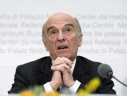 El presidente federal suizo, Hans-Rudolf Merz, director del departamento Federal de Finanzas, habla en rueda de prensa en Berna, Suiza. /Efe