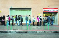 Salgado negociará con los agentes sociales ampliar los subsidios por desempleo