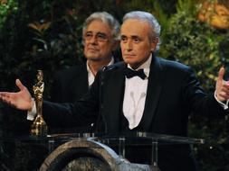 Momento en el que el tenor José Carreras agradece su premio. / Afp