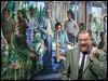 """El artista Guillermo Pérez Villalta posa junto a su obra """"Grupo de personas en un atrio o alegoría del arte y de la vida o del presente y del futuro 1975-76"""" /EFE"""