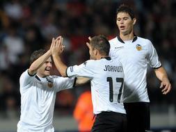 El Valencia empezó bien pero desperdició la ventaja conseguida por Mata. / AFP