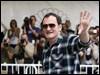 Tarantino saluda a sus fans a su llegada a San Sebastián. / Efe