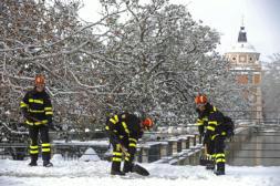 AFP  Efectivos de la Unidad Militar de Emergencias retiran ayer nieve y hielo en los jardines del Palacio Real de Aranjuez