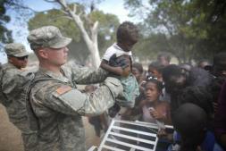 Cien soldados de EE.UU. ponen en marcha la distribución de ayuda en Puerto Príncipe