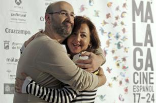 EFE  Javier Cámara y Carmen Machi, abrazados ayer en Málaga