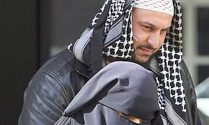 Conductora con niqab, marido polígamo