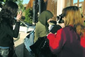 JOSÉ ALFONSO  Una alumna del Instituto Gerardo Diego, ayer, a su llegada al centro con el pañuelo islámico