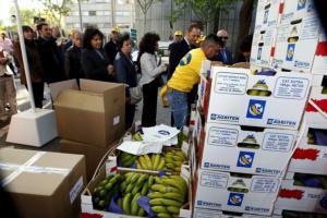 EFE  Los cajones de plátano a repartir frente a la sede del Ministerio de Industria, en Madrid