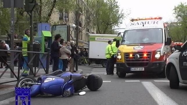 Un joven motorista se salta un rojo y causa un atropello múltiple en Conde de Peñalver