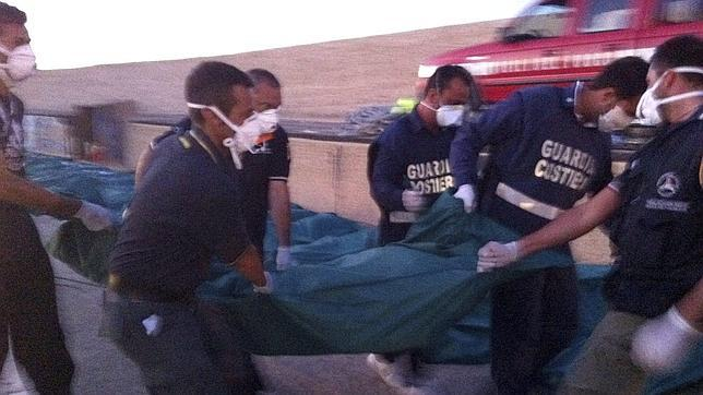 Encuentran a 25 inmigrantes muertos a bordo de un barco en Lampedusa