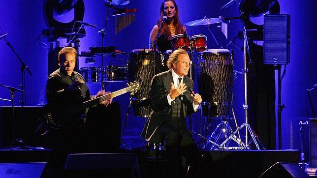 Julio Iglesias se despide de su gira con un accidentado concierto