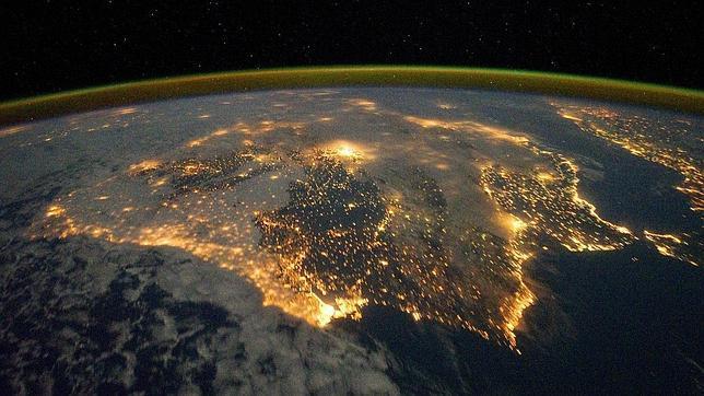 La Península Ibérica, vista desde el espacio por la noche