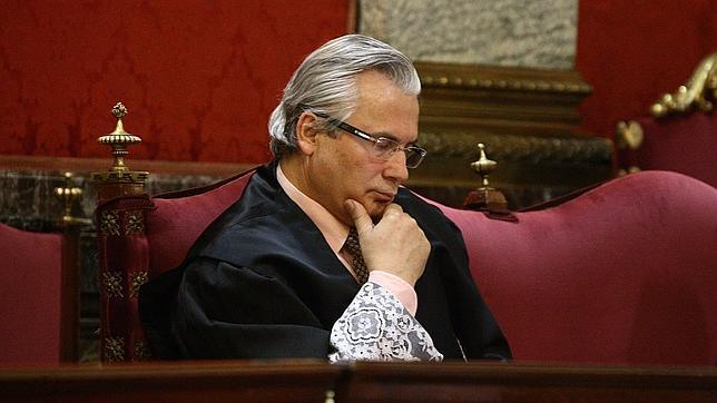 Garzón se sienta en el banquillo por investigar los crímenes del franquismo