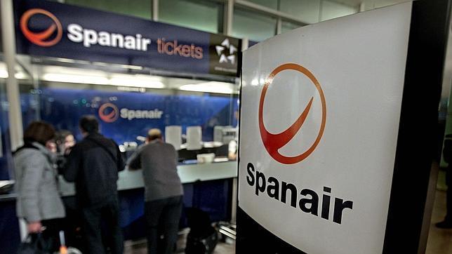 Afectados por Spanair en El Prat: «La alternativa para llegar a Santiago es pagar 400 euros con Iberia»