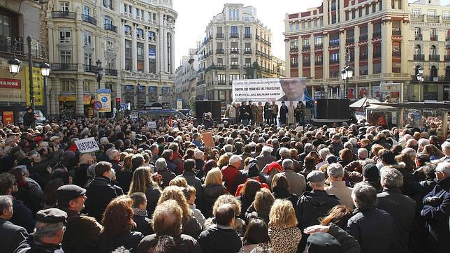 Miles de personas denuncian el intento de desdoro a Garzón