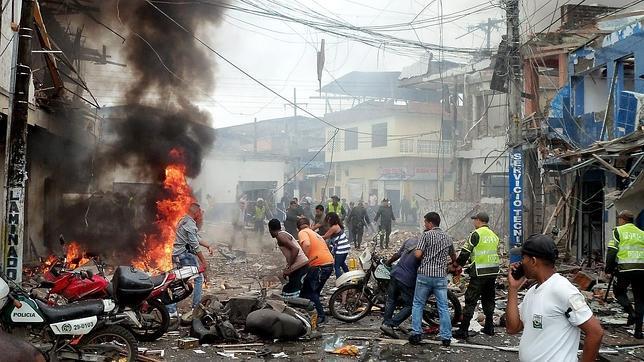 Mueren cinco personas tras la explosión de una moto bomba junto a una comisaría