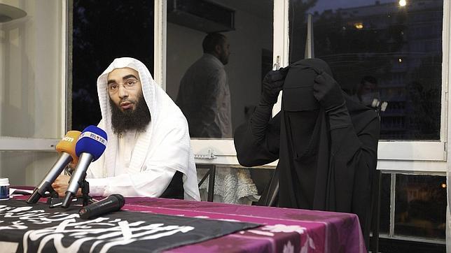 Una conversa cubierta con el «niqab» rompe la nariz a una policía en Bruselas