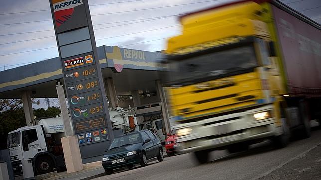 Los carburantes suben «como un cohete y bajan como una pluma», según la CNC
