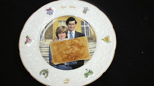 Subastan por 343 euros una tostada del desayuno de boda del príncipe Carlos