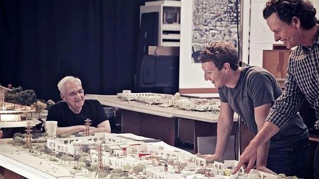 Zuckerberg enseña el campus de Facebook diseñado por Frank Gehry
