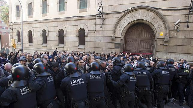 Un joven denuncia a tres Mossos d'Esquadra por una supuesta paliza tras una manifestación en la sede del PP