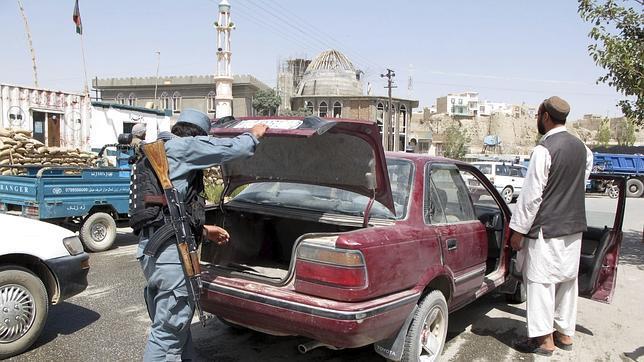 La OTAN suspende el entrenamiento de reclutas afganos por la infiltración de talibanes