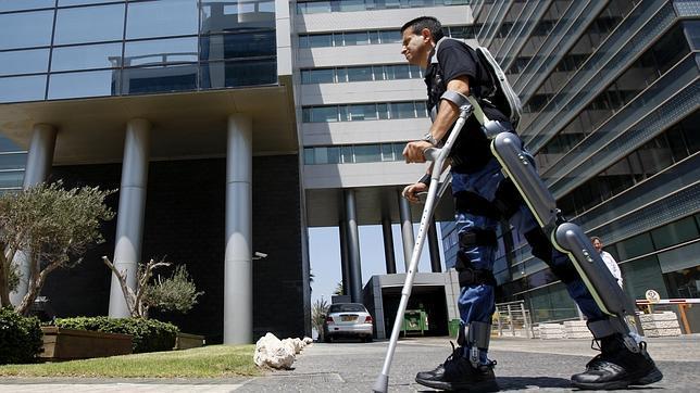 Una mujer británica utiliza por primera vez un exoesqueleto para uso diario