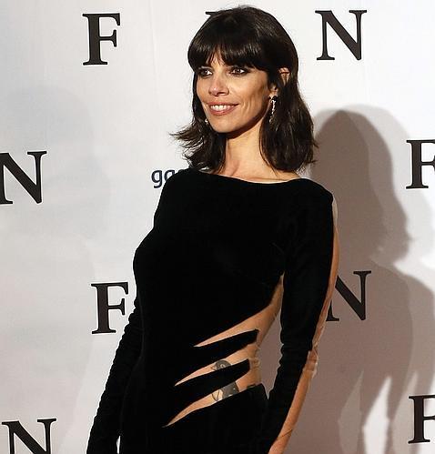 Maribel Verdú luce su tatuaje de un pingüino en el estreno de «Fin»