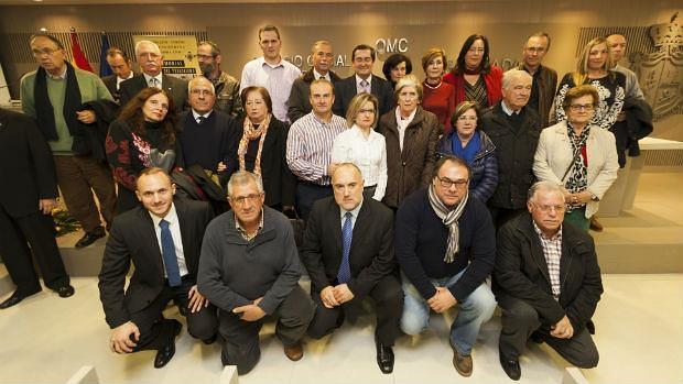 Foto de familia tras la presentación del libro con el presidente de la Diputación, José Entrena. RUIZ DE ALMODÓVAR