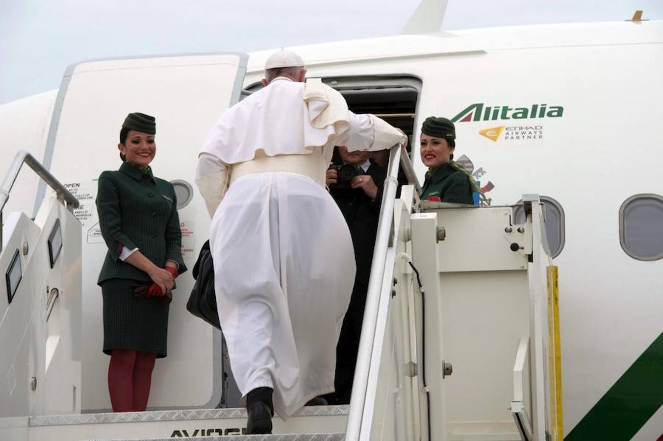 El Papa Francisco sube al avión que le ha llevado hoy hasta el aeropuerto de El Cairo (Egipto)