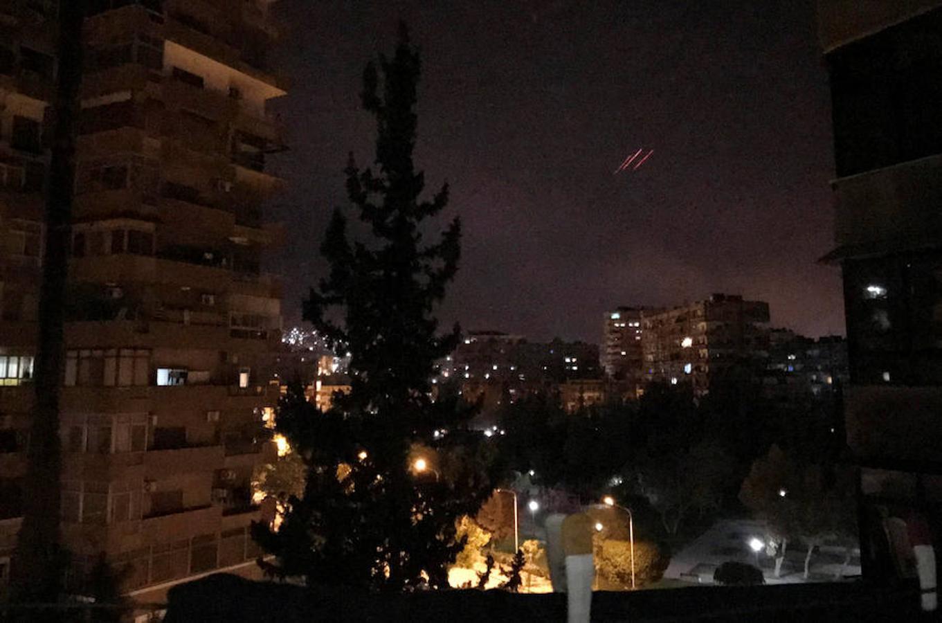 Momento en que las fuerzas aéreas de Estados Unidos, Francia y Reino Unido lanzan misiles contra Siria