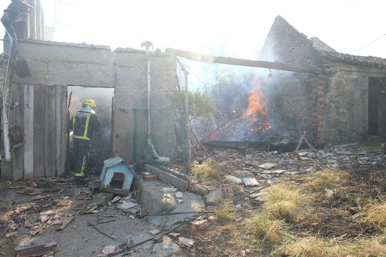La explosión de una pirotecnia de Tui (Pontevedra) ha dejado un entorno devastado.