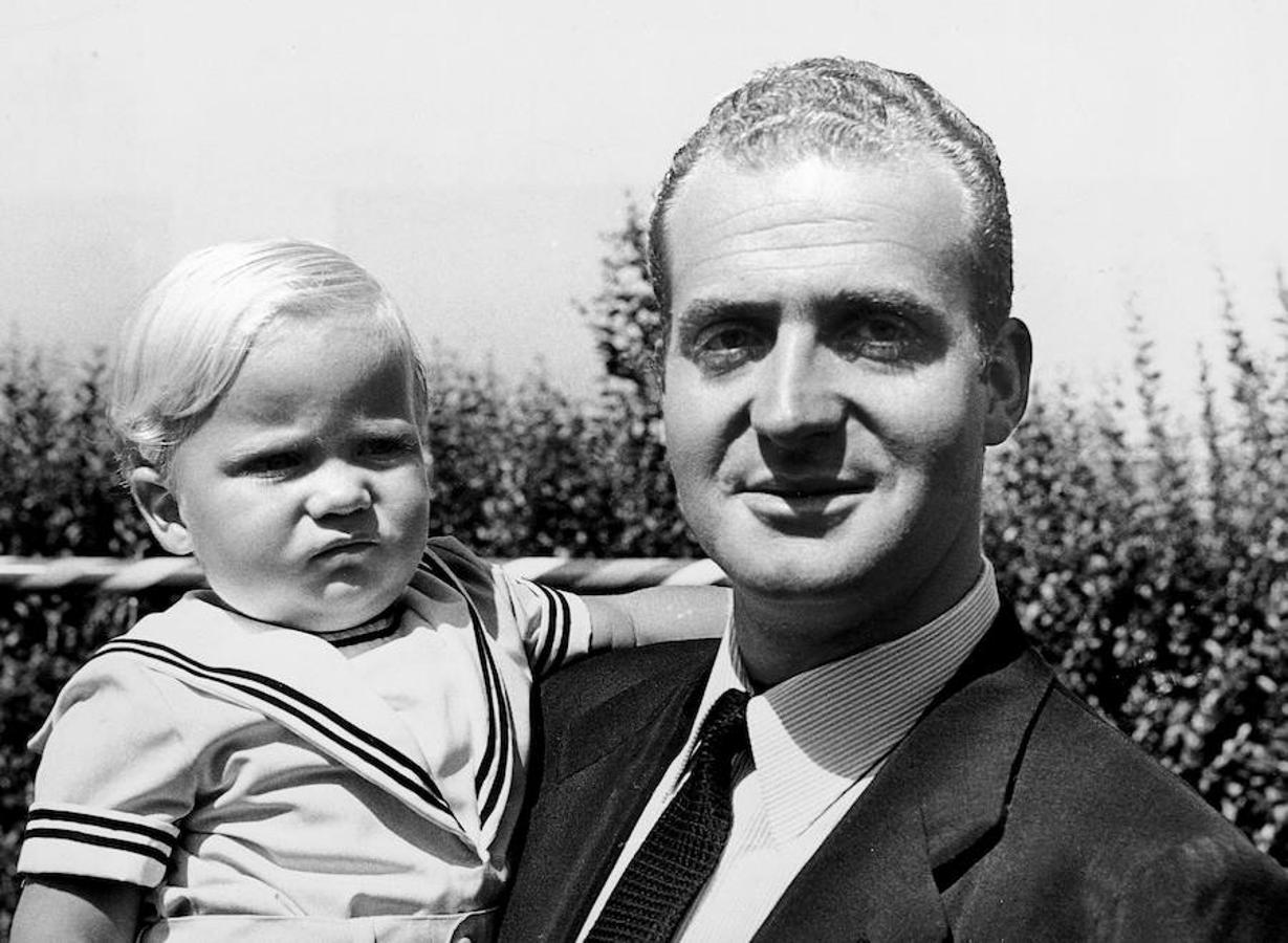 29/07/1969. El Rey Juan Carlos I sostiene en sus brazos al Príncipe Felipe de Borbón, en el Palacio de la Zarzuela.