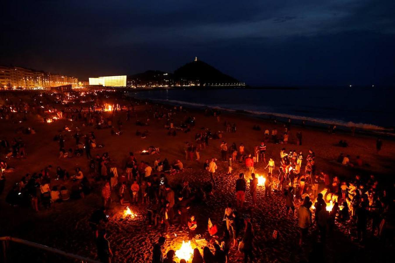 Vista de las tradicionales hogueras de San Juan en la playa de La Zurriola de San Sebastián