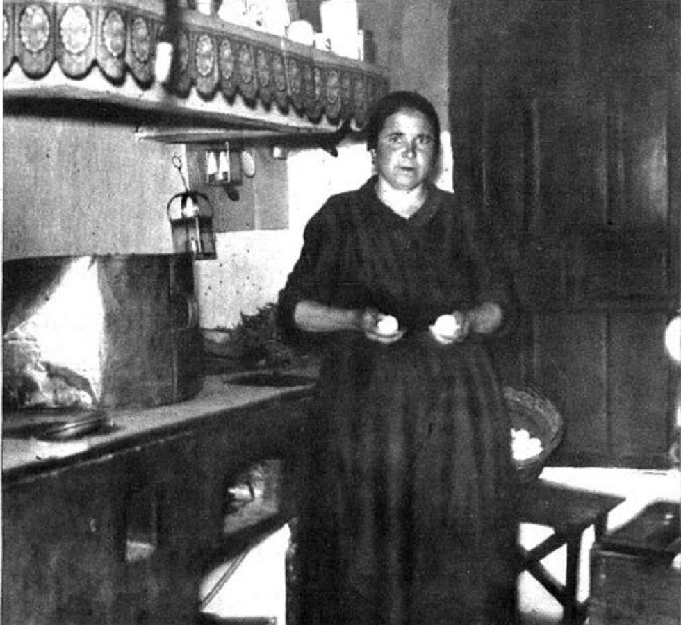 María Martín, en su cocina de la casa del «Huevero», en Sonseca, donde el duende solía enredar desparramando cacharros y alimentos (Foto, Video. «Mundo Gráfico»)