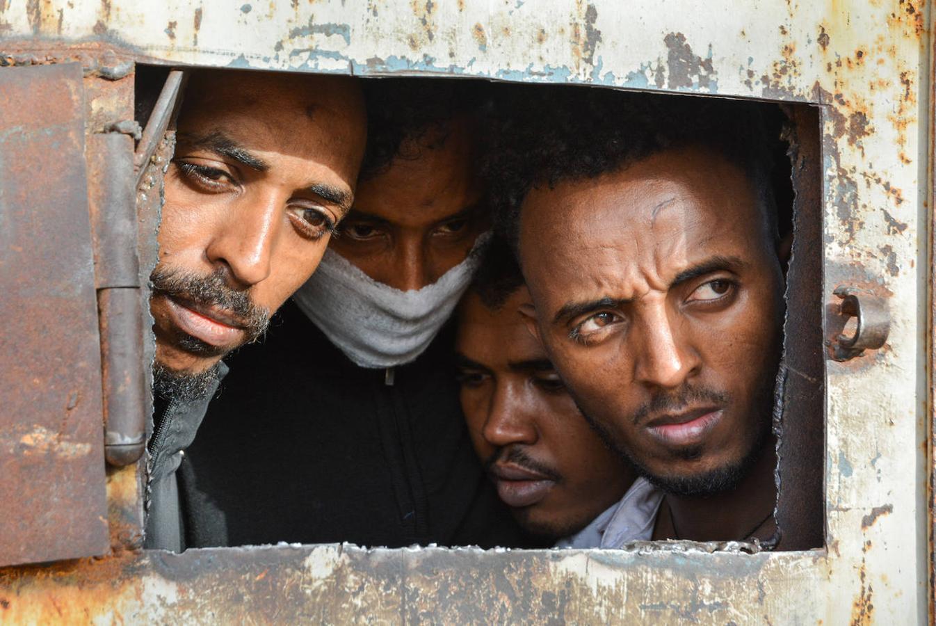 En los últimos meses, su situación se ha vuelto aún más peligrosa a causa del recrudecimiento del conflicto interno. Sin embargo, a pesar de los reiterados llamamientos para su protección y evacuación inmediata, refugiados y migrantes siguen expuestos a un altísimo riesgo. Mientras esto sucede, más personas están siendo devueltas por la Guardia Costera libia apoyada por la UE al mismo ciclo de violencia y detención que viven en el país.En otras zonas más alejadas de los combates, cientos de personas permanecen encerradas por tiempo indefinido en condiciones dañinas, expuestas a abusos y muertes, y llevadas a la desesperación.