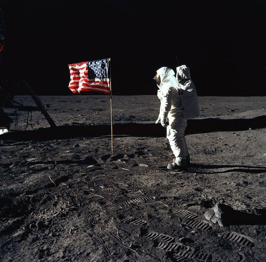 Buzz Aldrin posa junto a la bandera de Estados Unidos en la superficie lunar