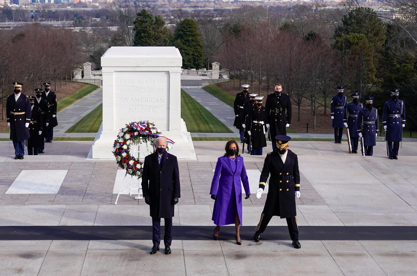 Biden y Harris en la ofrenda floral en Arlington