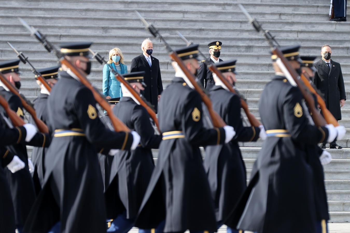 Los Biden, durante la revista militar a las afueras del Capitolio