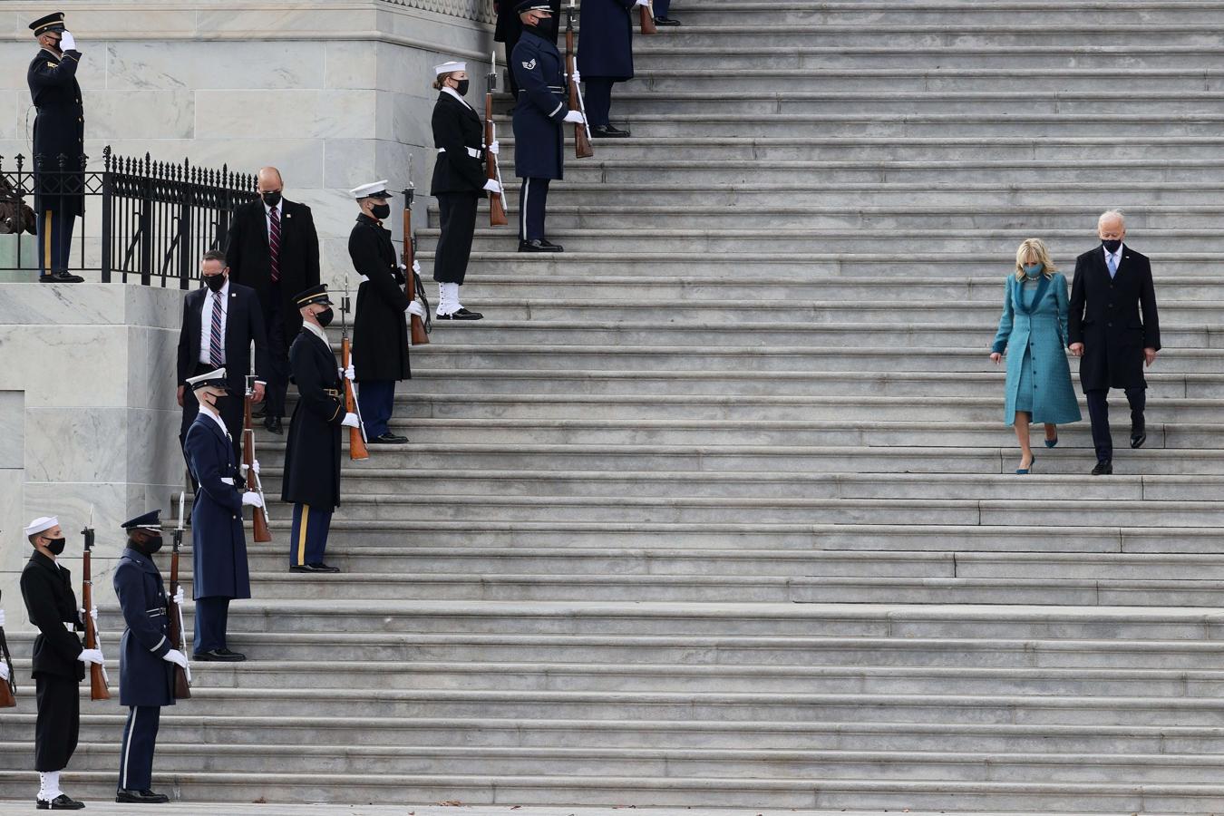 Los Biden descienden las escaleras del Capitolio