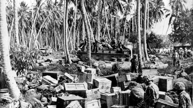 Rendova (Islas Salomón), diciembre de 1943. Un vehículo anfibio del cuerpo de infantería de marina lleva a tierra las provisiones para las fuerzas americanas que ocuparon la isla de Rendova, base estadounidense de lanchas torpederas de motor