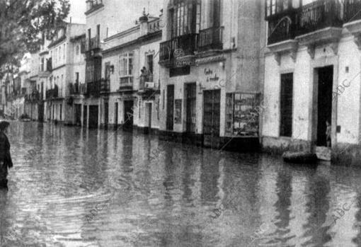 Una calle de Sevilla inundada por la riada