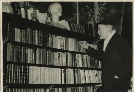 Pio Baroja mira su biblioteca